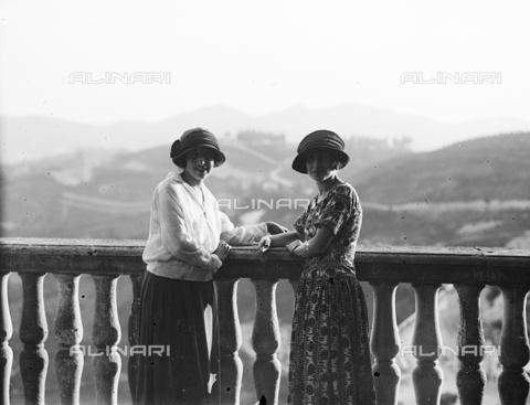 CAD-S-110013-0011 - Ritratto di due donne su una terrazza del Palazzo Ducale, Urbino - Data dello scatto: 14/05/1924 - Archivi Alinari, Firenze