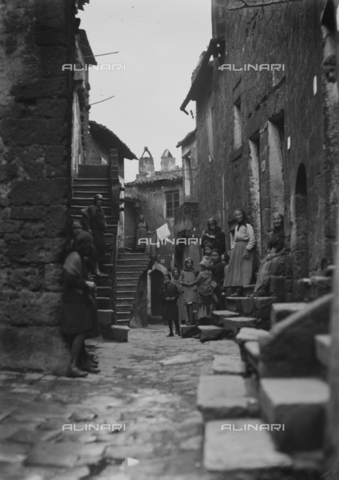 CAD-S-120001-0012 - Animated street in a village, Italy - Date of photography: 11-13/04/1925 - Alinari Archives-Monteverde archive, Florence