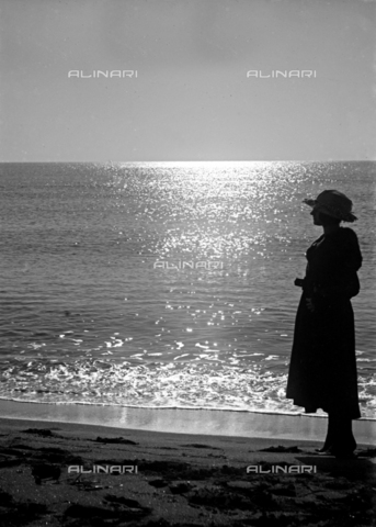 CAD-S-120002-0012 - Female portrait on a sea shore, Italy - Date of photography: 15-16/11/1920 - Alinari Archives-Monteverde archive, Florence