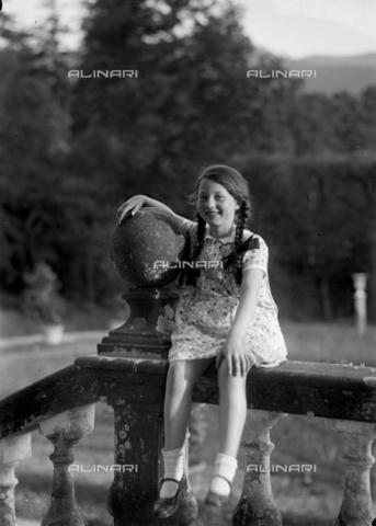 CAD-S-120009-0009 - Ritratto di bambina seduta su una balaustra