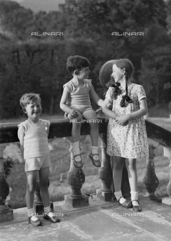 CAD-S-120009-0010 - Group of children in front of a balustrade