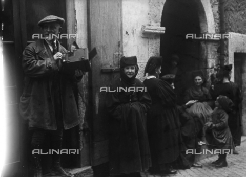 CAD-S-150014-0011 - Animated street in Scanno - Date of photography: 15/02/1926 - Alinari Archives-Monteverde archive, Florence