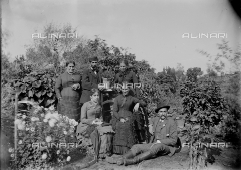 CAD-S-260002-0007 - Group portrait in the garden - Date of photography: 1915-1925 ca - Fratelli Alinari Museum Collections-Cammarata Donation, Florence