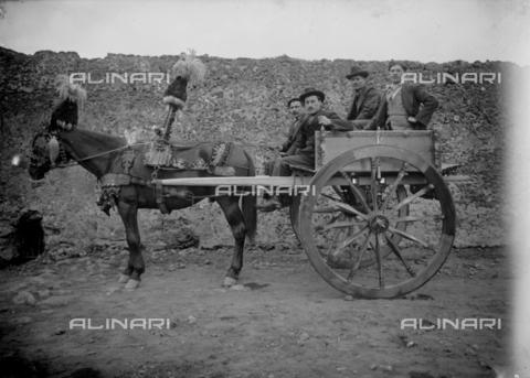 CAD-S-260002-0008 - Ritratto di gruppo maschile sopra ad un carretto siciliano - Data dello scatto: 1915-1925 ca - Raccolte Museali Fratelli Alinari (RMFA)-donazione Cammarata, Firenze