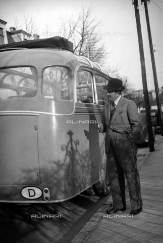 CAD-S-290047-0005 - Portrait of a man with a cigarette near a vehicle - Date of photography: 1930 ca - Fratelli Alinari Museum Collections-Cammarata Donation, Florence