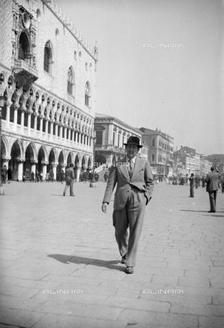 CAD-S-290047-0008 - Ritratto di uomo che passeggia per Riva degli Schiavoni, vicino a palazzo Ducale a Venezia - Data dello scatto: 1930 ca - Raccolte Museali Fratelli Alinari (RMFA)-donazione Cammarata, Firenze