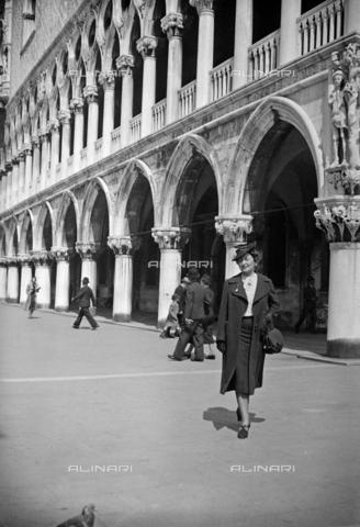 CAD-S-290047-0011 - Ritratto di donna vicino a Palazzo Ducale a Venezia - Data dello scatto: 1930 ca - Raccolte Museali Fratelli Alinari (RMFA)-donazione Cammarata, Firenze