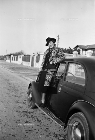 CAD-S-290047-0016 - Ritratto di donna sopra ad automobile - Data dello scatto: 1930 ca - Raccolte Museali Fratelli Alinari (RMFA)-donazione Cammarata, Firenze
