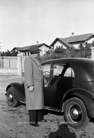 CAD-S-290047-0017 - Portrait of man near car - Date of photography: 1930 ca - Fratelli Alinari Museum Collections-Cammarata Donation, Florence