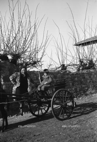 CAD-S-290047-0021 - Ritratto di donna vicino a bambino seduto su un calesse - Data dello scatto: 1930 ca - Raccolte Museali Fratelli Alinari (RMFA)-donazione Cammarata, Firenze