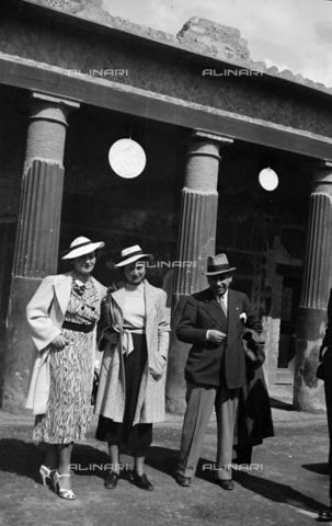 CAD-S-290047-0024 - Group portrait in Pompeii - Date of photography: 1930 ca - Fratelli Alinari Museum Collections-Cammarata Donation, Florence