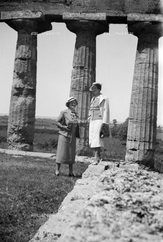CAD-S-290047-0029 - Couple of women visiting the remains of the Temple of Ceres or Athena in Paestum - Date of photography: 1930 ca - Fratelli Alinari Museum Collections-Cammarata Donation, Florence