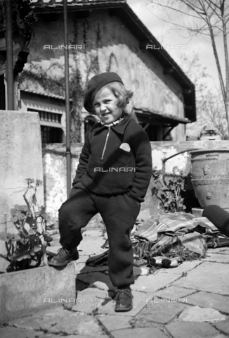 CAD-S-290048-0005 - Portrait of a child standing in the yard - Date of photography: 1920-1930 ca - Fratelli Alinari Museum Collections-Cammarata Donation, Florence