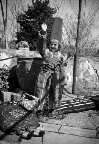 CAD-S-290048-0007 - Ritratto di bambino in maschera con braccio alzato - Data dello scatto: 1922-1930 ca - Raccolte Museali Fratelli Alinari (RMFA)-donazione Cammarata, Firenze