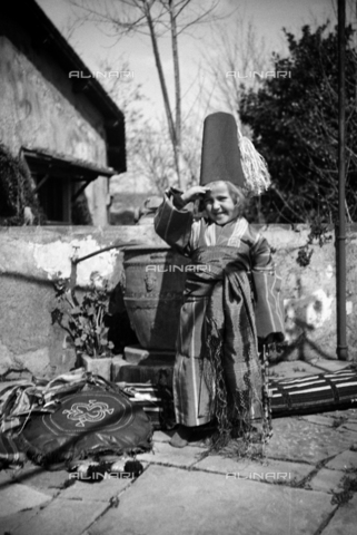 CAD-S-290048-0009 - Picture of a child in a mask in the courtyard - Date of photography: 1920-1930 ca - Fratelli Alinari Museum Collections-Cammarata Donation, Florence