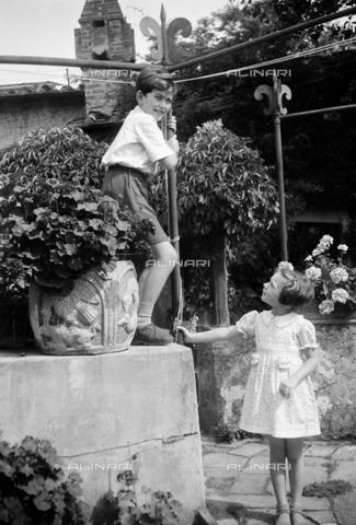 CAD-S-290048-0015 - Ritratto di bambini in cortile - Data dello scatto: 1920-1930 ca - Raccolte Museali Fratelli Alinari (RMFA)-donazione Cammarata, Firenze
