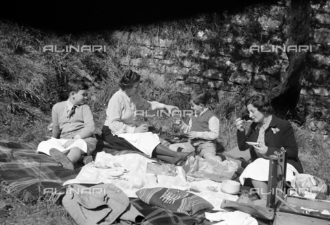 CAD-S-290048-0019 - Portrait of two women with children during a picnic - Date of photography: 1920-1930 ca - Fratelli Alinari Museum Collections-Cammarata Donation, Florence
