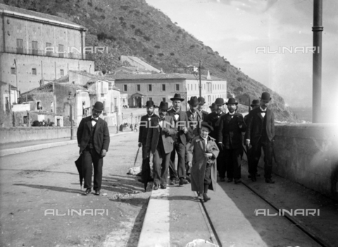 CAD-S-420001-0008 - A group of men with a child walk on the rails of the new tram line in Monreale, in the current via Palermo - Data dello scatto: 01/08/1899-31/10/1899 - Archivi Alinari, Firenze