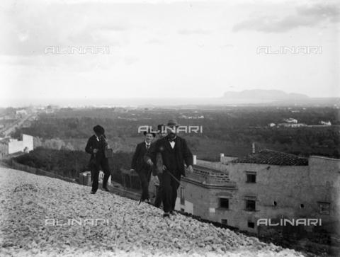 CAD-S-420001-0011 - Installation of the new tram line in Palermo: a group of men walking to reach a bridge of the line - Data dello scatto: 01/08/1899-31/10/1899 - Archivi Alinari, Firenze
