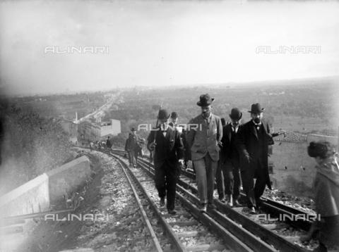 CAD-S-420001-0014 - A group of men walking along the new tram line in Monreale; in the background view of Palermo and Corso Calatafimi - Data dello scatto: 01/08/1899-31/10/1899 - Archivi Alinari, Firenze