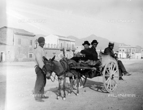 CAD-S-420001-0015 - Men on a Sicilian cart, Sferracavallo - Data dello scatto: 1899 - Archivi Alinari, Firenze