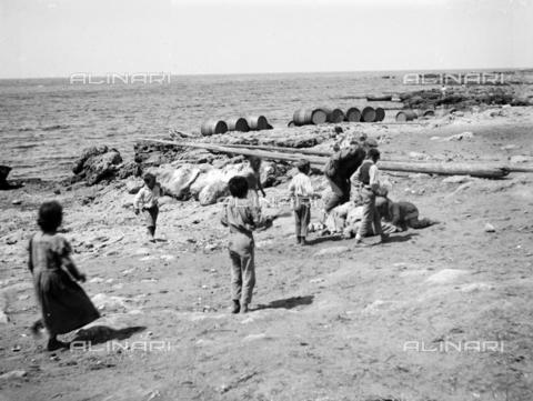 CAD-S-420001-0016 - Children on the beach of Sferracavallo - Data dello scatto: 1899 - Archivi Alinari, Firenze
