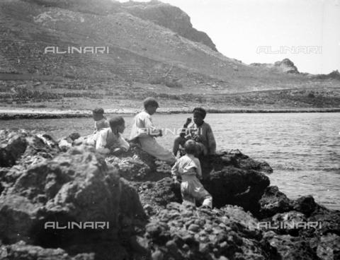 CAD-S-420001-0017 - Children on the beach of Sferracavallo - Data dello scatto: 1899 - Archivi Alinari, Firenze
