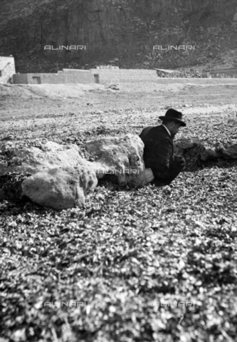 CAD-S-420001-0018 - A man on the beach of Sferracavallo - Data dello scatto: 1899 - Archivi Alinari, Firenze