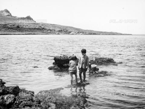 CAD-S-420001-0019 - Children on the beach of Sferracavallo - Data dello scatto: 1899 - Archivi Alinari, Firenze