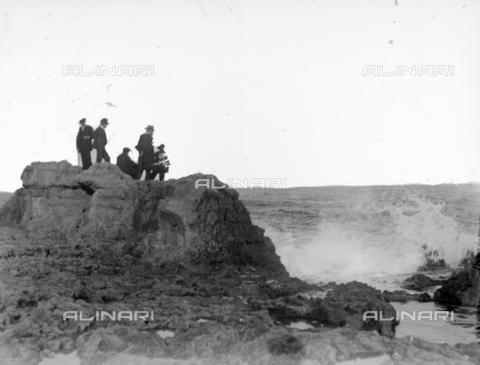 CAD-S-420002-0006 - Some men look at the sea from a rock, Palermo - Data dello scatto: 1899 - Archivi Alinari, Firenze