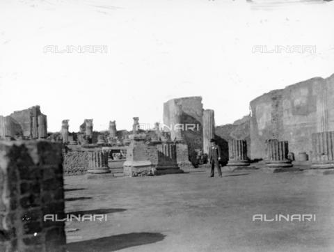 CAD-S-420002-0007 - A man visiting Pompeii - Data dello scatto: 1899 - Archivi Alinari, Firenze