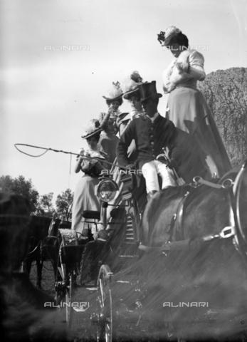 CAD-S-420002-0008 - A group of ladies in a carriage, Palermo - Data dello scatto: 1899 - Archivi Alinari, Firenze