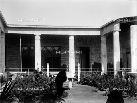 CAD-S-420002-0010 - Peristyle of the Villa of the Mysteries, Pompeii - Data dello scatto: 1899 - Archivi Alinari, Firenze