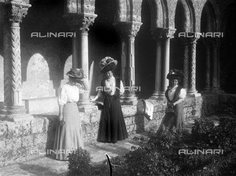 CAD-S-420003-0007 - Young ladies in the cloister of the Duomo of Monreale - Data dello scatto: 1899-1905 - Archivi Alinari, Firenze