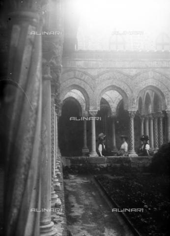 CAD-S-420003-0008 - Young ladies in the cloister of the Duomo of Monreale - Data dello scatto: 1899-1905 - Archivi Alinari, Firenze