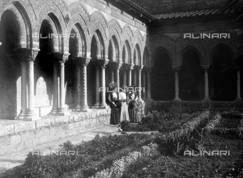 CAD-S-420003-0009 - Young ladies in the cloister of the Duomo of Monreale - Data dello scatto: 1899-1905 - Archivi Alinari, Firenze