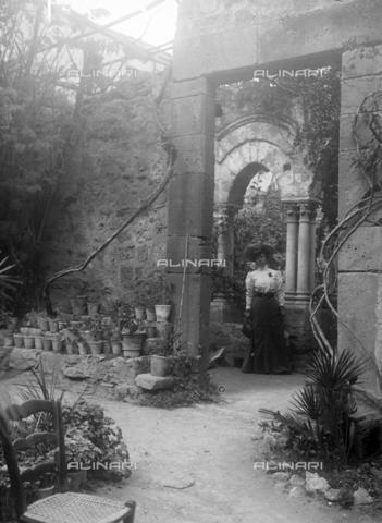 CAD-S-420003-0012 - Young lady in the cloister of San Giovanni degli Eremiti, Palermo - Data dello scatto: 1899-1905 - Archivi Alinari, Firenze