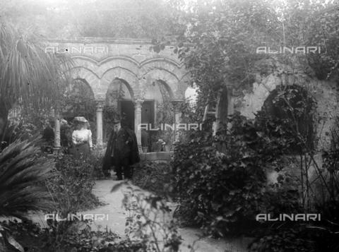 CAD-S-420003-0013 - Visitors in the cloister of San Giovanni degli Eremiti, Palermo - Data dello scatto: 1899-1905 - Archivi Alinari, Firenze