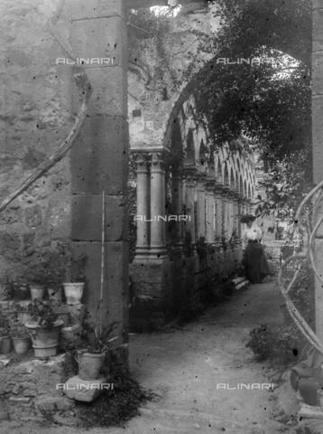 CAD-S-420003-0014 - Young lady in the cloister of San Giovanni degli Eremiti, Palermo - Data dello scatto: 1899-1905 - Archivi Alinari, Firenze