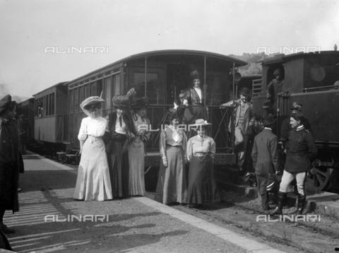 CAD-S-420003-0016 - Ladies in front of a railroad car of the Circumetnea railway, connecting railway between Catania and Riposto around the Etna - Data dello scatto: 11/04/1908 - Archivi Alinari, Firenze