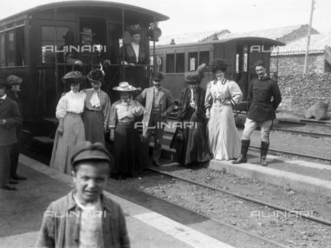 CAD-S-420003-0017 - Travelers in front of a railroad car of the Circumetnea railway, connecting railway between Catania and Riposto around the Etna - Data dello scatto: 11/04/1908 - Archivi Alinari, Firenze