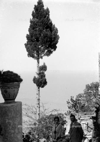 CAD-S-420004-0011 - Couple portrait between Cefalù and Tindari - Data dello scatto: 06/11/1928 - Archivi Alinari, Firenze