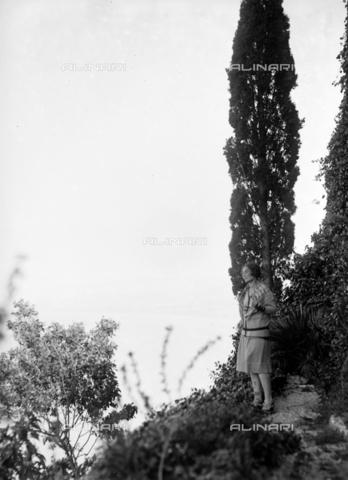 CAD-S-420004-9BIS - Female portrait between Cefalù and Tindari - Data dello scatto: 06/11/1928 - Archivi Alinari, Firenze