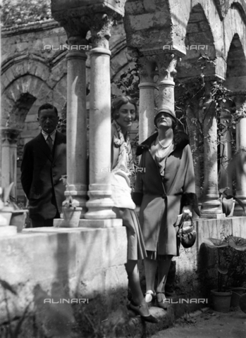CAD-S-420005-0006 - Visitors in the cloister of San Giovanni degli Eremiti, Palermo - Data dello scatto: 14/04/1928 - Archivi Alinari, Firenze