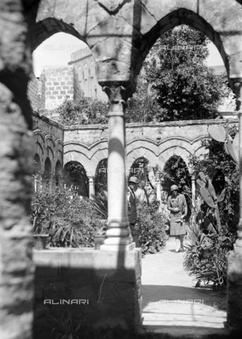 CAD-S-420005-0007 - Visitors in the cloister of San Giovanni degli Eremiti, Palermo - Data dello scatto: 14/04/1928 - Archivi Alinari, Firenze