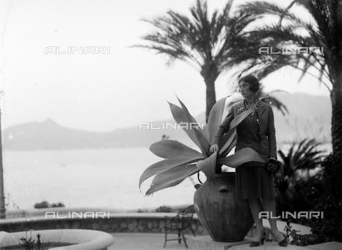 """CAD-S-420005-0010 - Female portrait in the English garden """"Villa Igiea"""", Palermo - Data dello scatto: 14/04/1928 - Archivi Alinari, Firenze"""