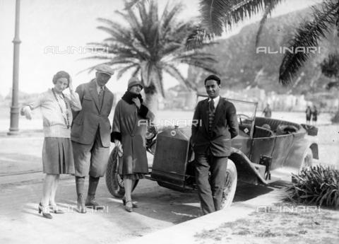 CAD-S-420005-0013 - Foto di gruppo a Mondello, Palermo - Data dello scatto: 15/04/1928 - Raccolte Museali Fratelli Alinari (RMFA)-donazione Cammarata, Firenze