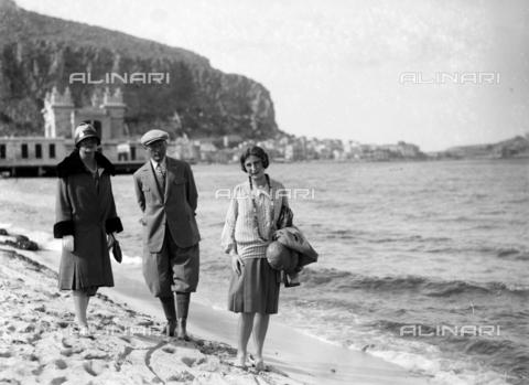 CAD-S-420005-0014 - Ritratto di gruppo sulla spiaggia di Mondello, Palermo - Data dello scatto: 15/04/1928 - Raccolte Museali Fratelli Alinari (RMFA)-donazione Cammarata, Firenze