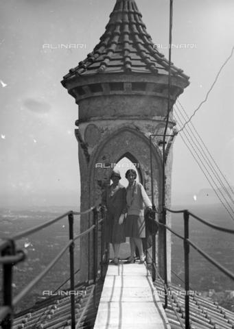 CAD-S-420005-0015 - Due donne fotografate sotto l'arco di un pinnacolo, Palermo - Data dello scatto: 15/04/1928 - Raccolte Museali Fratelli Alinari (RMFA)-donazione Cammarata, Firenze