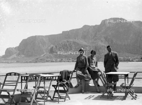 CAD-S-420005-0016 - Foto di gruppo a Mondello, Palermo - Data dello scatto: 15/04/1928 - Raccolte Museali Fratelli Alinari (RMFA)-donazione Cammarata, Firenze
